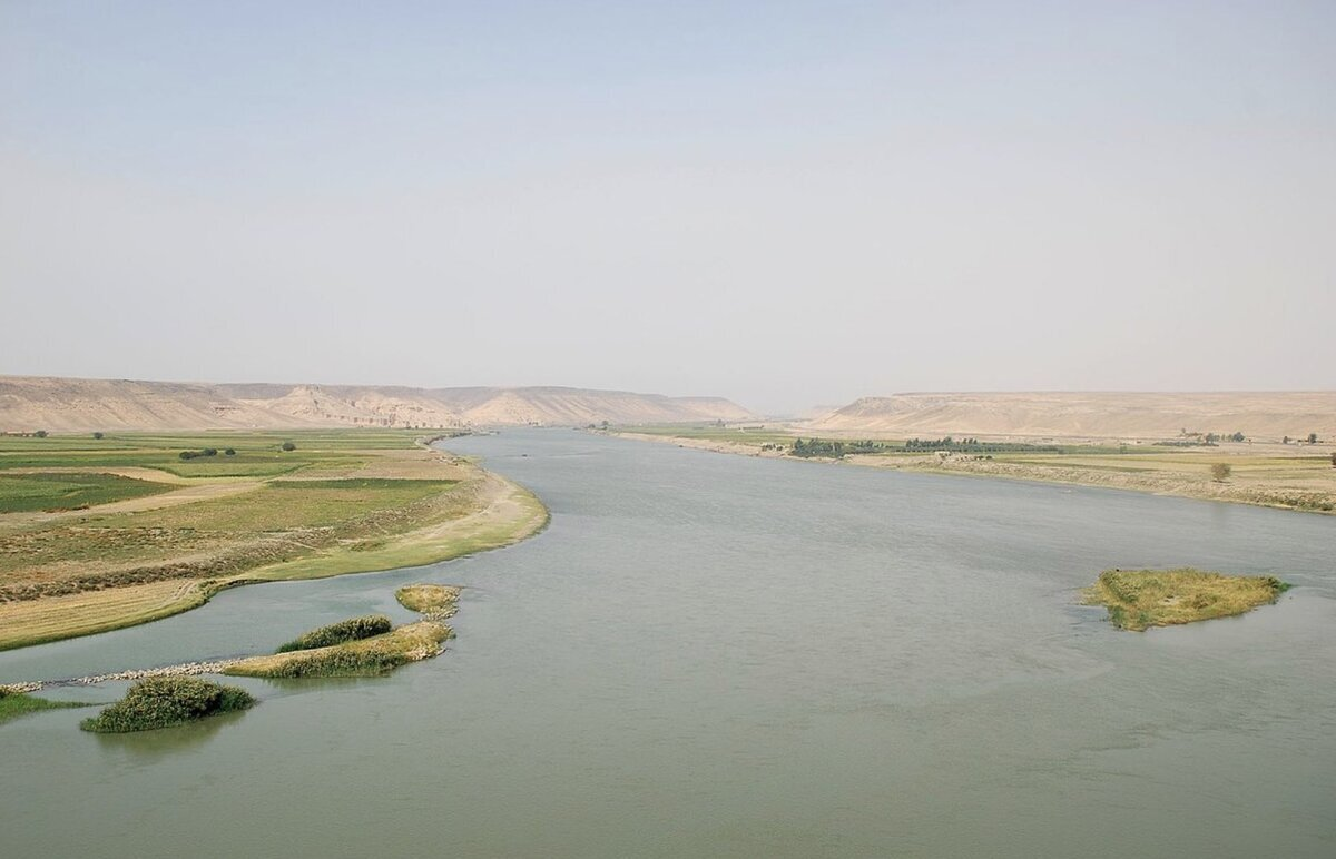 Actual image of the Euphrates River displaying its size and layout